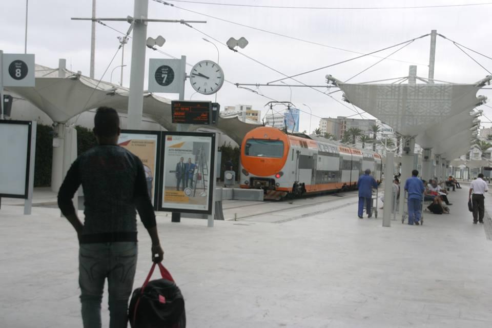 Casablanca vasútállomás emeletes vonattal