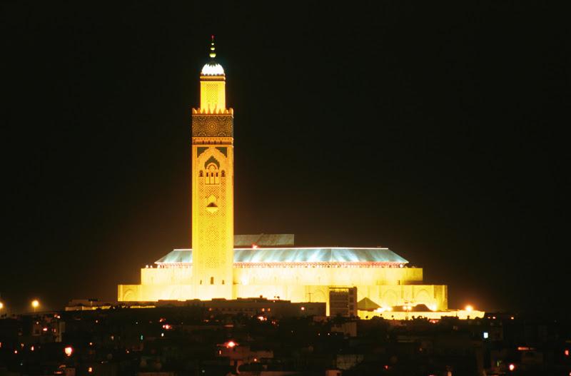 Casablancai mai jelképe a II. Hasszán mecset: Afrika legnagyobb mecsete, a világ legmagasabb minaretjével (és egyben a világ legmagasabb vallási építménye)