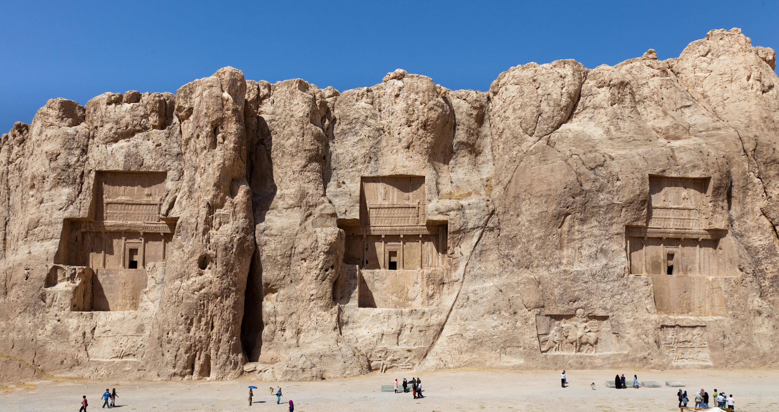 Évszázadokkal a nabateusok (Petra sziklavárosa) előtt a sziklába vájták a nagy uralkodóik sírjait