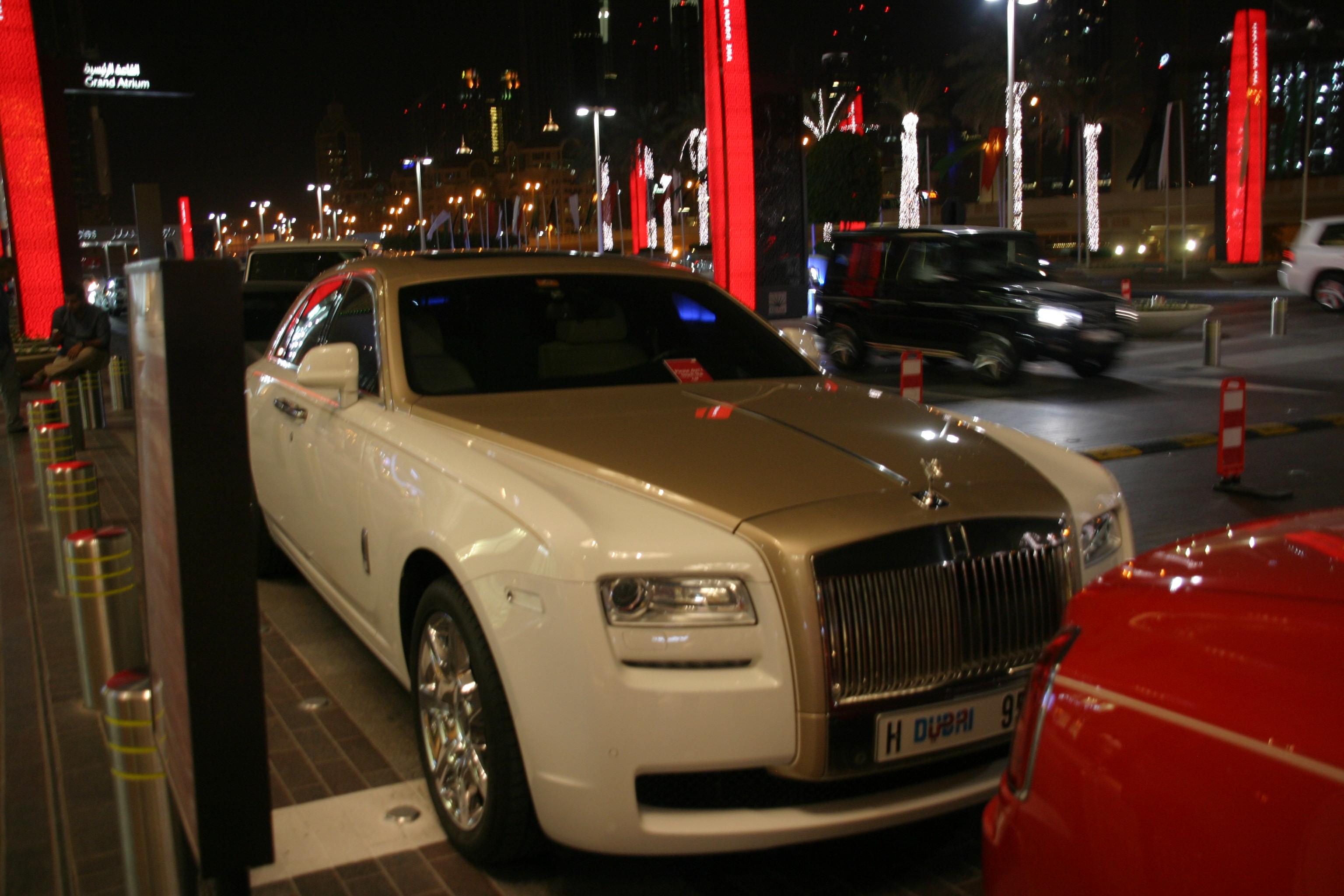 Luxus autók a Dubai Mall főbejárata előtt - a közbiztonságról sokat elmond, hogy a kocsikat nem zárják, hanem nyitva hagyják és sokszor az ablakba csak egy kis táblát tesznek ki, hogy ne tapogassák össze az idegenek a tisztára mosott autókat a kezeikkel