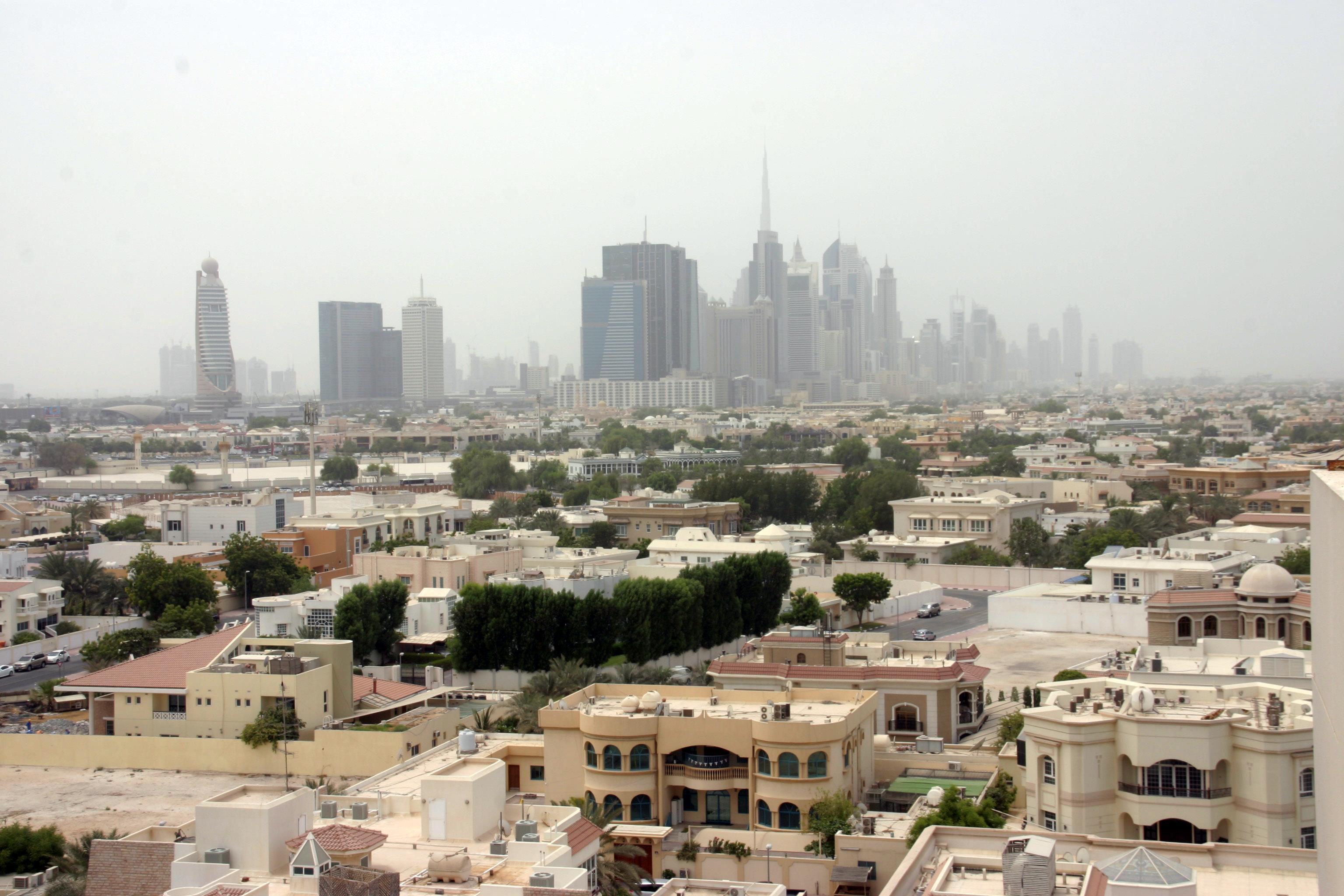 A Sheik Zayed Road felhőkarcolói a Bur Dubai ( = Régi Dubaj) városnegyedből nézve