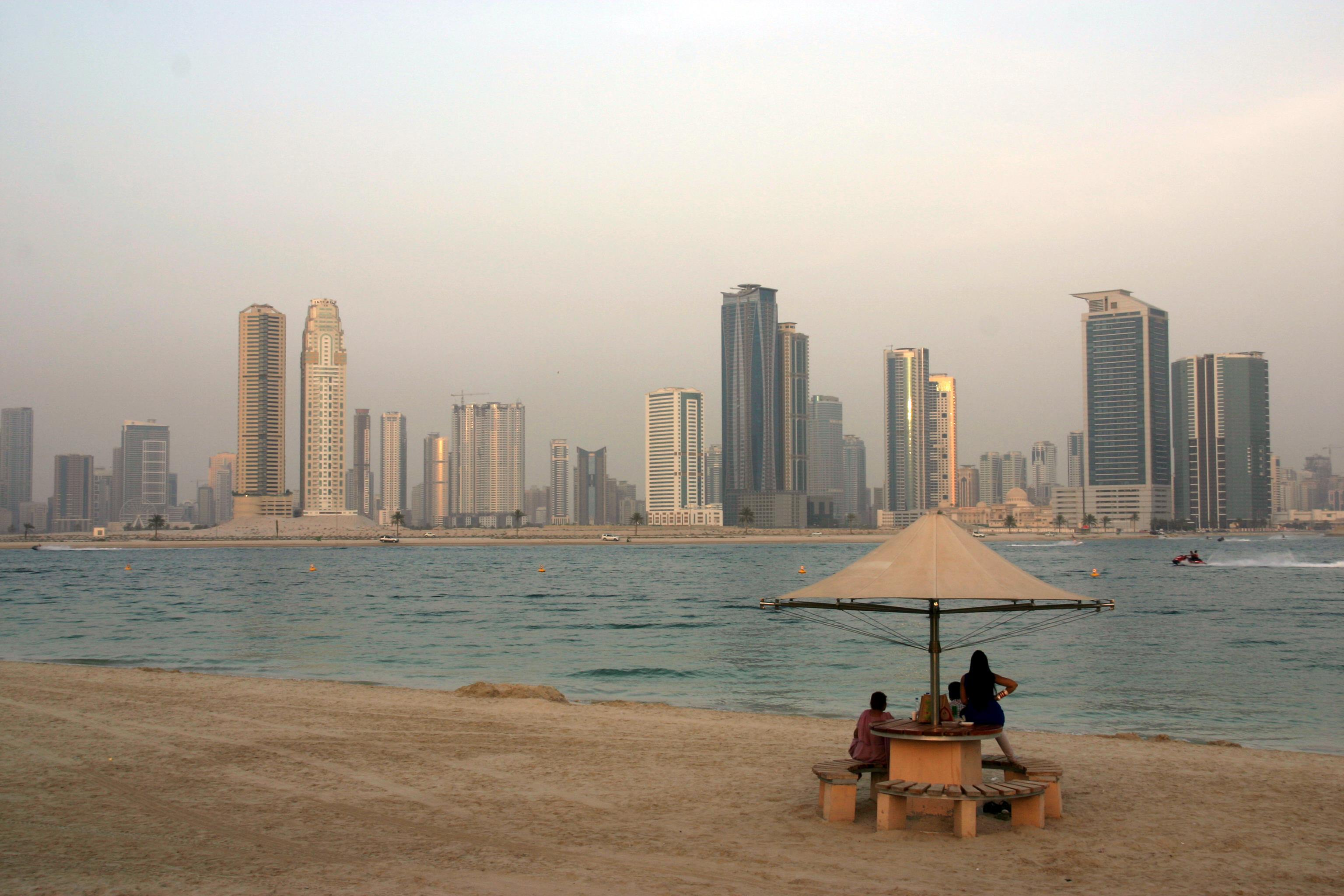 Sardzsa (Sarjah) emirátus üzleti felhőkarcolói a dubaji al-Mamzar Park strandja felől