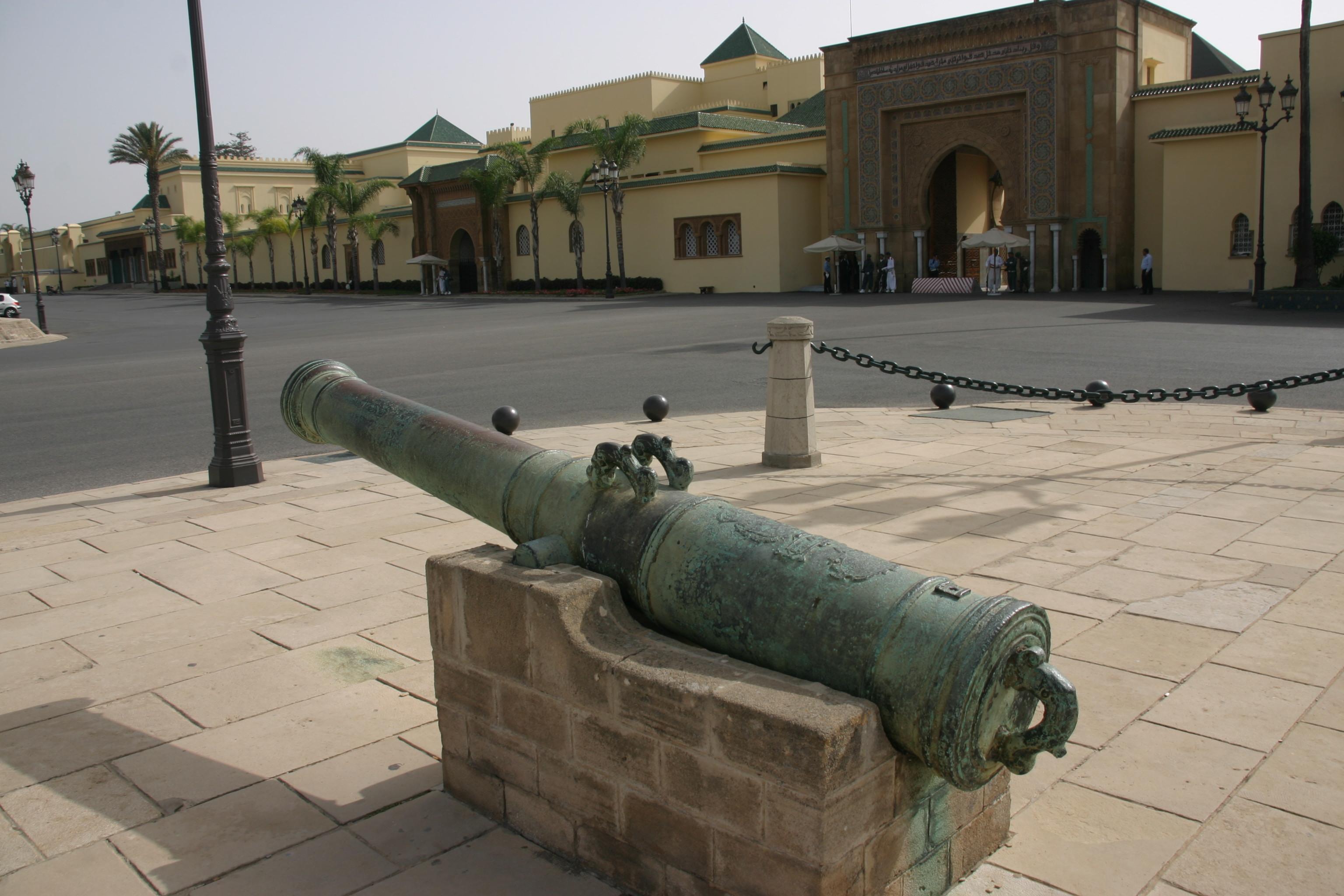 A jelenlegi uralkodó, VI. Mohamed király palotája Rabatban. <br />A jelenlegi Alavita dinasztia (17. sz-óta uralja az országot) az Idrisz és Szádi dinasztiákhoz hasonlóan szintén Mohamed próféta leszármazottja: a próféta lányának Fatimának és férjének Alinak a vérvonala.