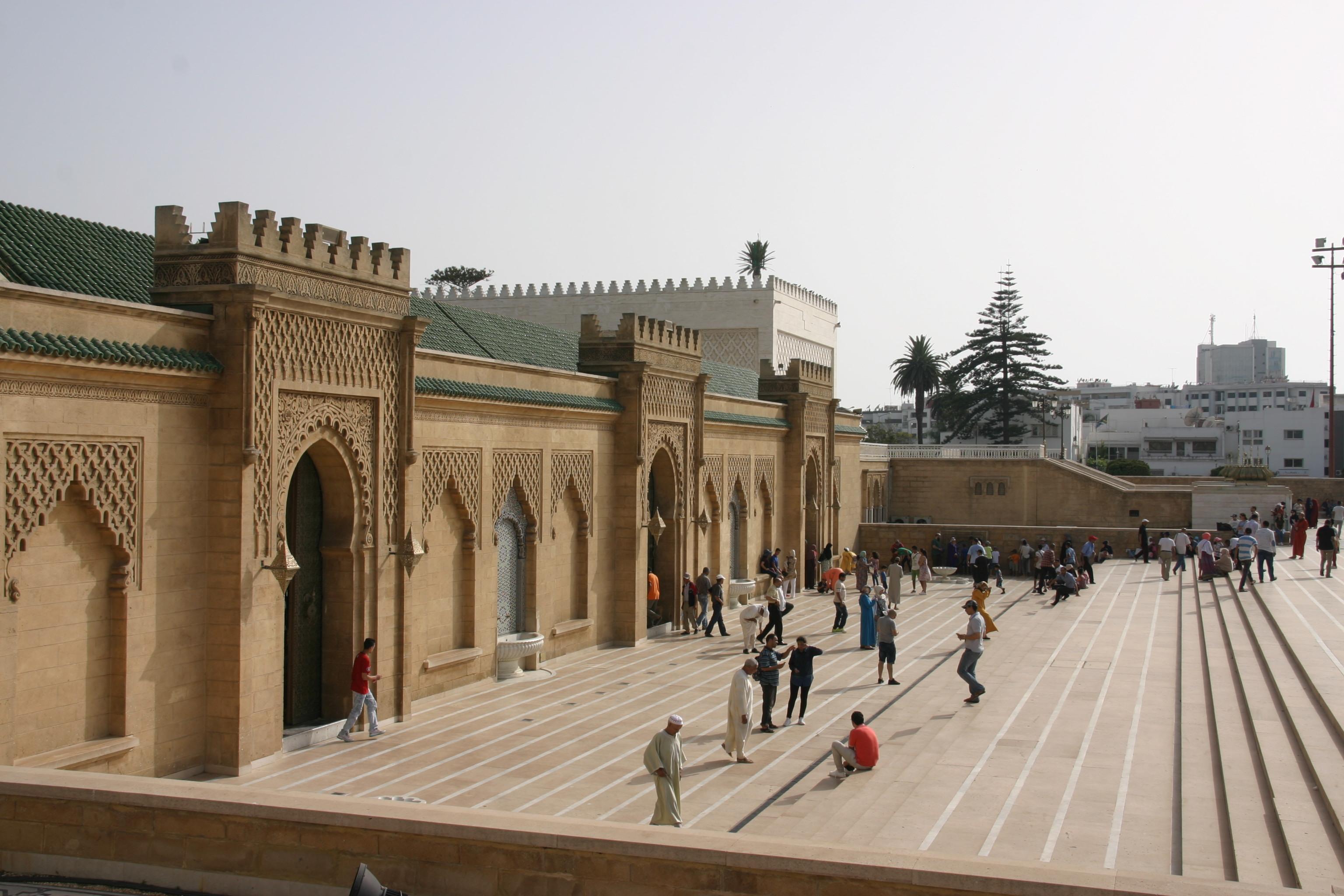 II. Hasszán király, a jelenlegi uralkodó apjának sírhelye Rabatban.<br />A jelenlegi Alavita dinasztia (17. sz-óta uralja az országot) az Idrisz és Szádi dinasztiákhoz hasonlóan szintén Mohamed próféta leszármazottja: a próféta lányának Fatimának és férjének Alinak a vérvonala.
