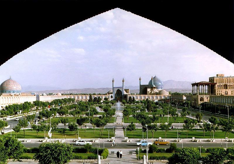 Szafavida korszakban Perzsia nemcsak újjáépült a mongol hordák pusztításai után, hanem az akkori világ művészeti központjává is vált. Az akkori városépítészet és urbanisztika a mai napig meghatározza a vidéki iráni városok látképét és hangulatát.  Iszfahán központjának a látképe, a világ legnagyobb terével