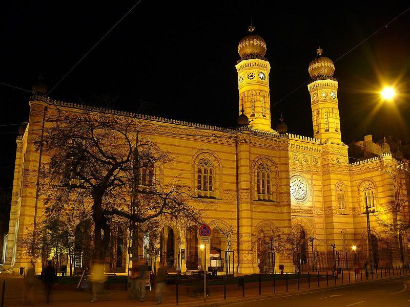 Budapest, a mór stílusú Dohány utcai Nagyzsinagóga