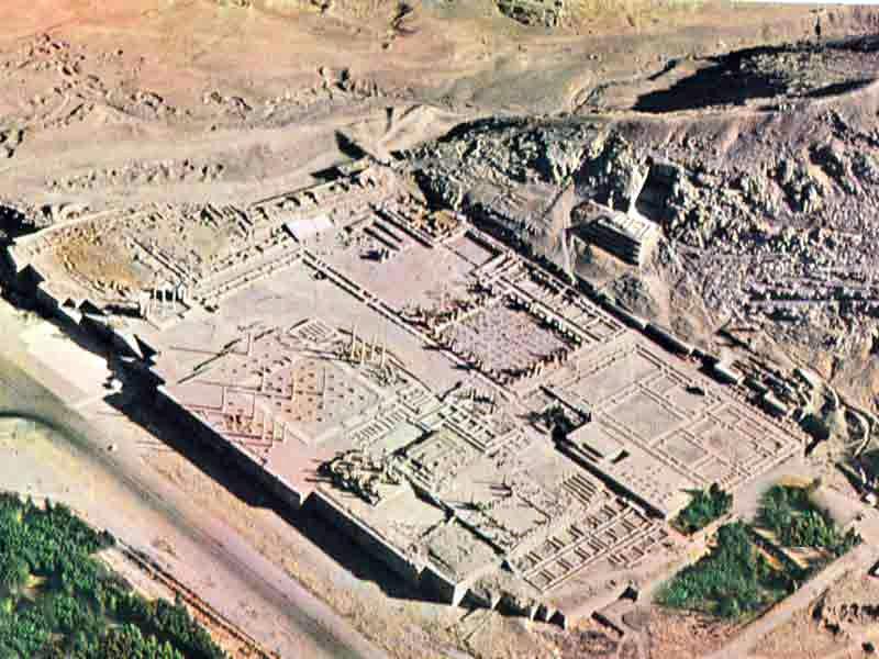 Az Achaemenida Birodalom volt a világ első szuperbirodalma, amely 3 kontinensre kiterjedt. A fővárosát Persepolist Nagy Sándor romboltatta le. Légifelvétel
