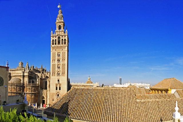 Sevilla: az almohád időszakban épült minaret, az ún. Giralda (ma a keresztény templommá átalakított mecset harangtornya)