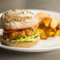 Hamburger köleses húspogácsával és sültburgonyával