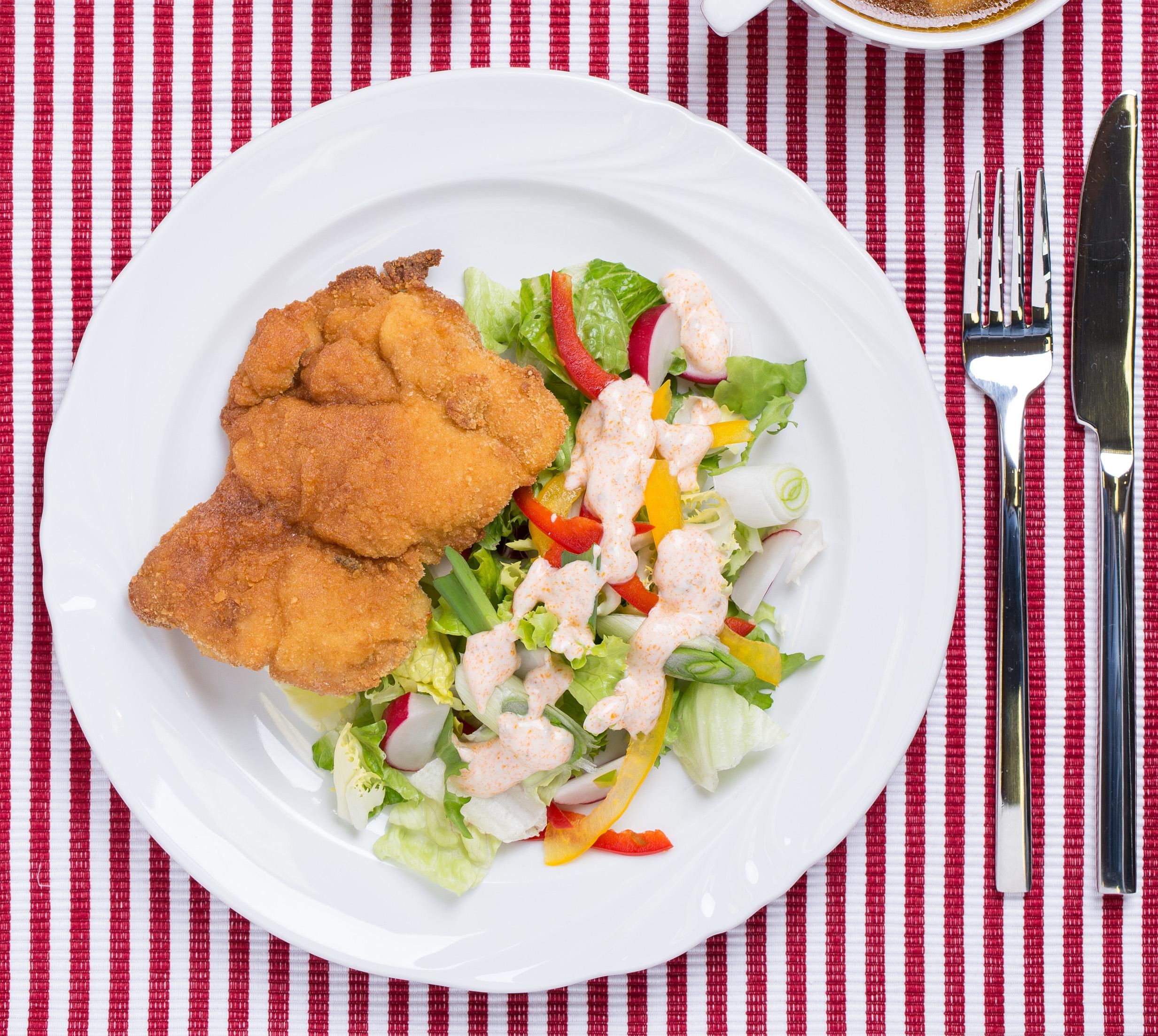 Póréhagymás rántott csirkecomb salátával és joghurtos öntettel