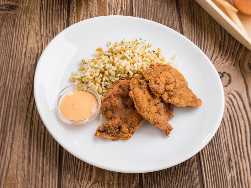 Rántott csirkemáj főtt gabonákkal és ezersziget öntettel
