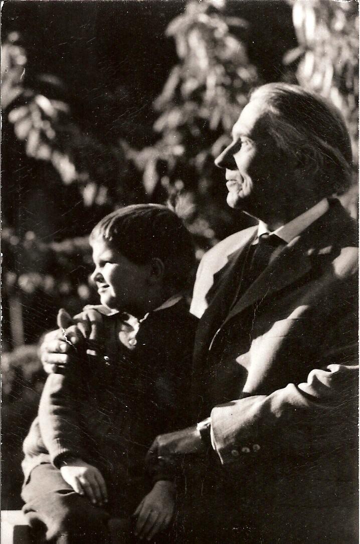 Áprily Lajos_unokájával.jpg