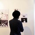 A képregény egyszerű eszközökkel ábrázolja a holokauszt traumáját és komplexitását
