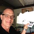 Budapesti, berlini, New York-i forgatásai alatt írta első novelláskötetét Tom Hanks