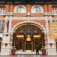 Online hotelben bonyolítja szerelmeit egy brit romantikus kiadó
