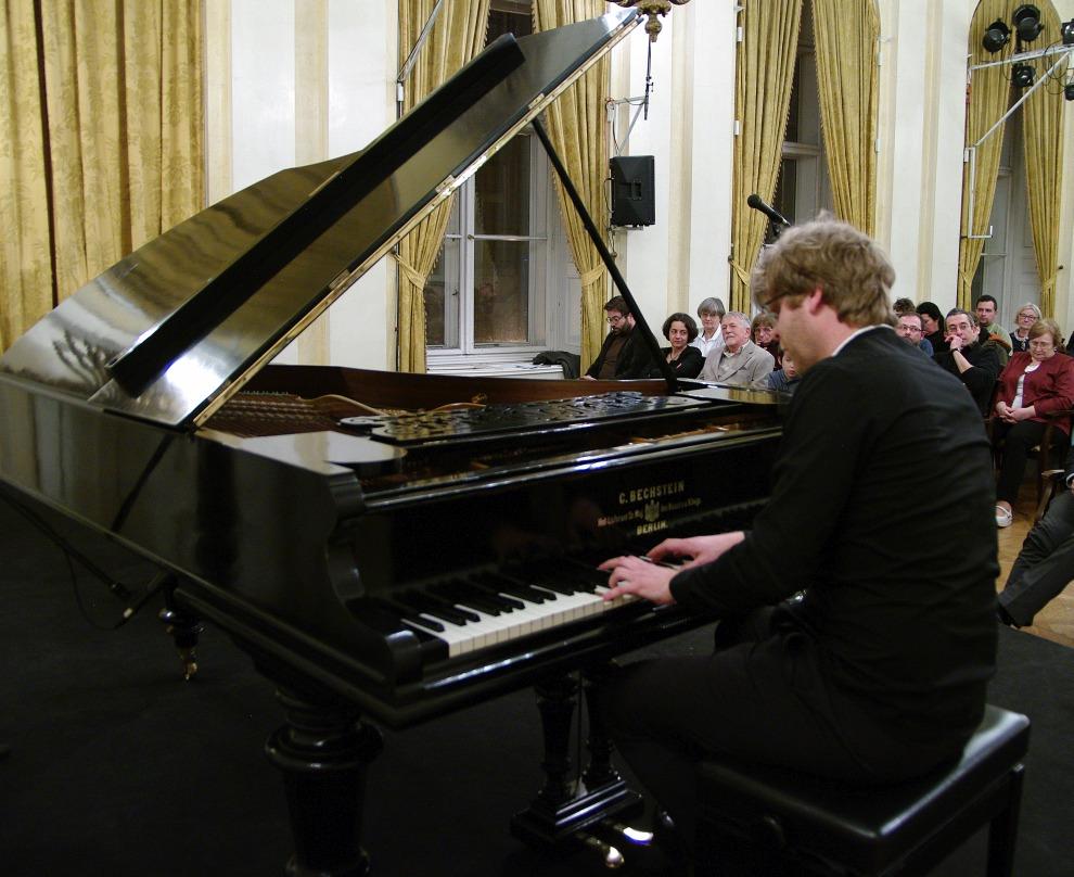 Kiss Péter zongorázik