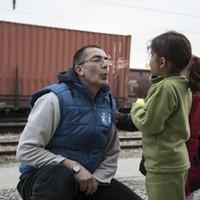 Viseld gondját egy menekült gyereknek