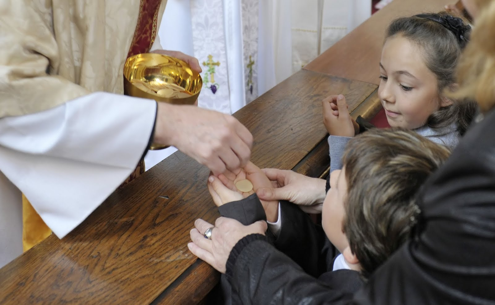 20101003-104432-02-wien-3-jauresgasse-17-19-christ-church-vienna-harvest-thanksgiving-and-first-communion-giving-of-communion-patrick-curran-nicholas-rees-alexandra-schmidt_ni_pt.jpg
