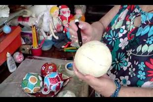 Nylon zacskóból dekorációs gömb