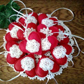 Filc szívek horgolt virággal