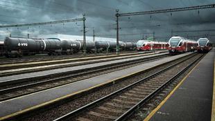 Bejárja a világot a magyar lány vonatos képe