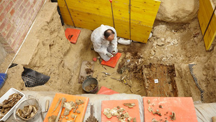 Kolostor alatt bukkantak a híresség holttestére
