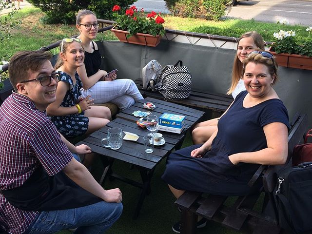 A csapatunk. Napos délután, limonádé, kávé és új ötletek. - Our team. Sunny afternoon, lemonade, coffee and new ideas. #volunteering #volunteeringisfun #newideas #laborcafe #volunteer #charity #charitycafe #nyíregyháza