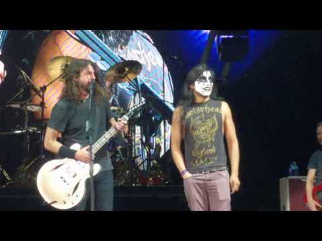 Lezenélte a Foo Fighterst a színpadról egy rajongó