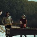 Kapásból egy vinyl kislemezzel és víz alatti biliárdozással indít a Mindenek zenekar
