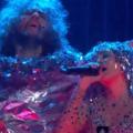 Miley Cyrus és a Flaming Lips meztelenül lép majd fel a meztelen közönség előtt