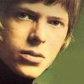 Ismert zenészek David Bowie-t játszanak a Gödörben