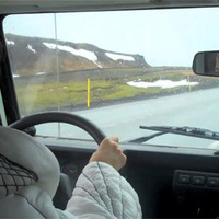 Björk a kocsiban hallgatja új dalát