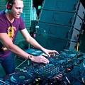 Tiestónak feltűnt, hogy nagyon népszerű, és a DJ-k az új rocksztárok