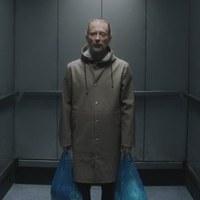 Thom Yorke különös utazása egy liftben - Itt a Radiohead új klipje