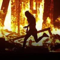 A lángok közé rohant egy ember a Burning Man fesztiválon