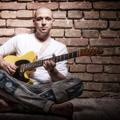 Ha online veszel jegyet Little G Weevil koncertjére, akkor megnyerheted a zenész gitárpántját