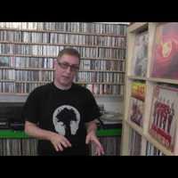 Itt van DJ Suefo és az ő lemezgyűjteménye.