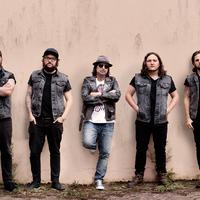 A Motörhead gitárosa három fiával érkezik Budapestre
