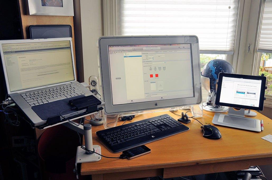 laptop asztalon