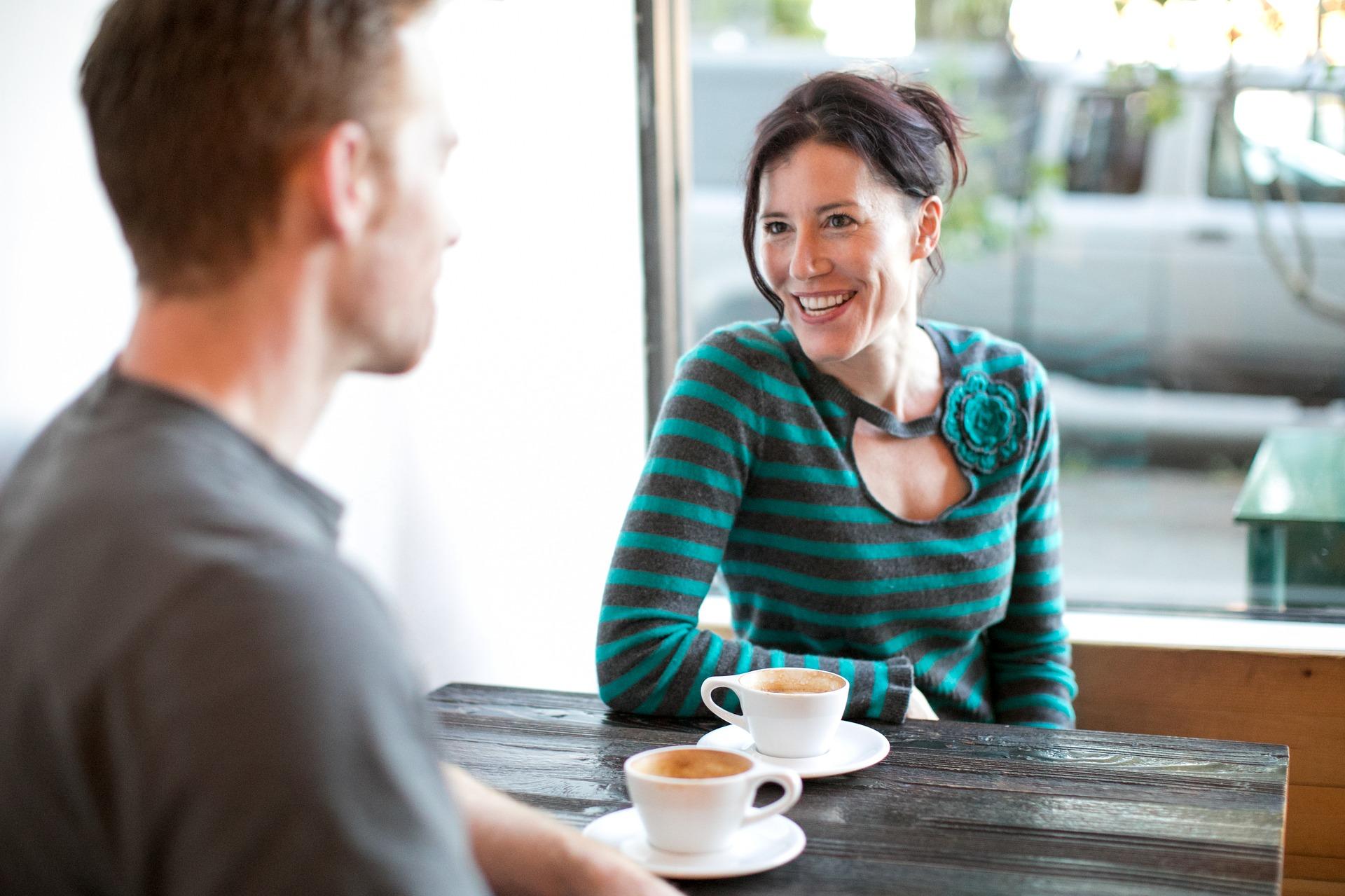Hogyan viselkedjek és miről beszélgessünk az első randin?