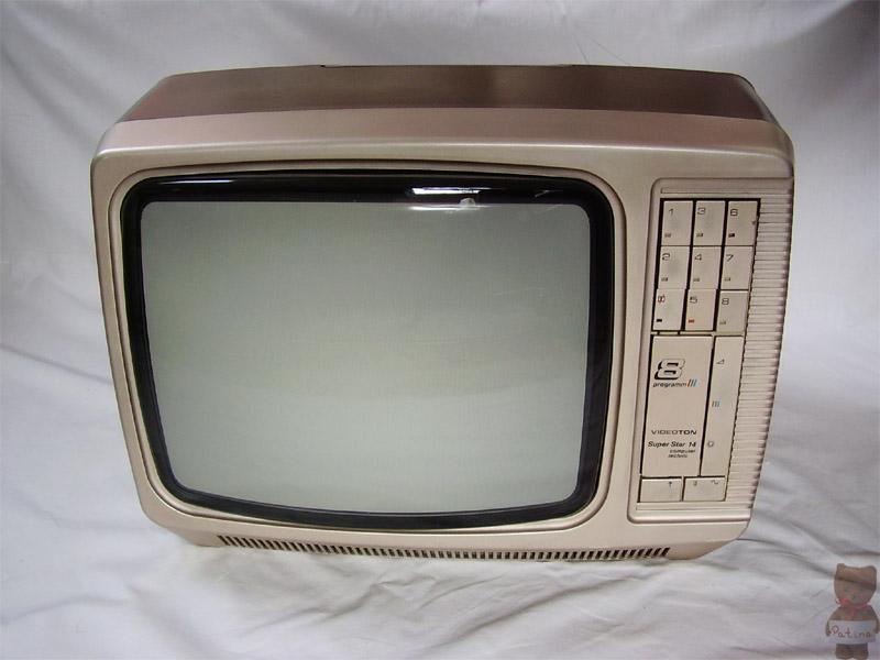 1984-ben jelent meg a Videoton legelső hordozható színes televízió-típusa. Még abban az évben díjat kapott az Ipari Formatervezési Nívódíj pályázaton. Elsősorban külföldre szállítottak belőle. Képcsöve Samsung gyártmány.