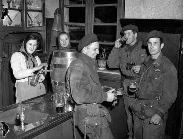 1945_marcius_kanadai_ejtoernyosok_soroznek_egy_lembecki_sorozoben_nemetorszag.jpg
