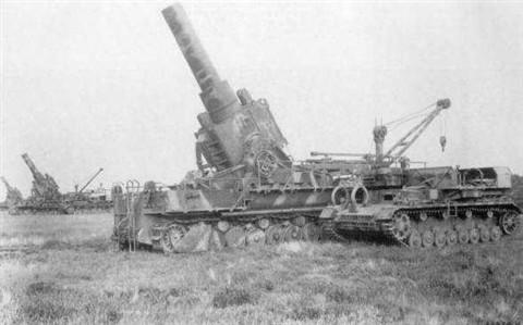 karl-gerat_uteg_a_loszerszallito_tankokkal.jpg