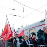 Tömegesen érkeztek lengyel tüntetők hazánkba