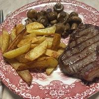 Steak gombával és paradicsomsalátával