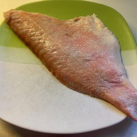Vörös sügérfilé fehér spárgával és sajtmártással