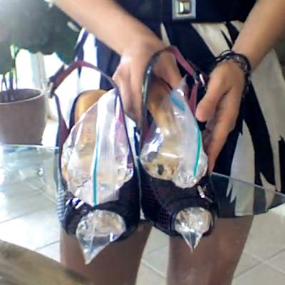 Női bőrcipő kitágítása vízzel