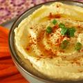 Hummus fokhagymás pizzatésztával és zöldségekkel