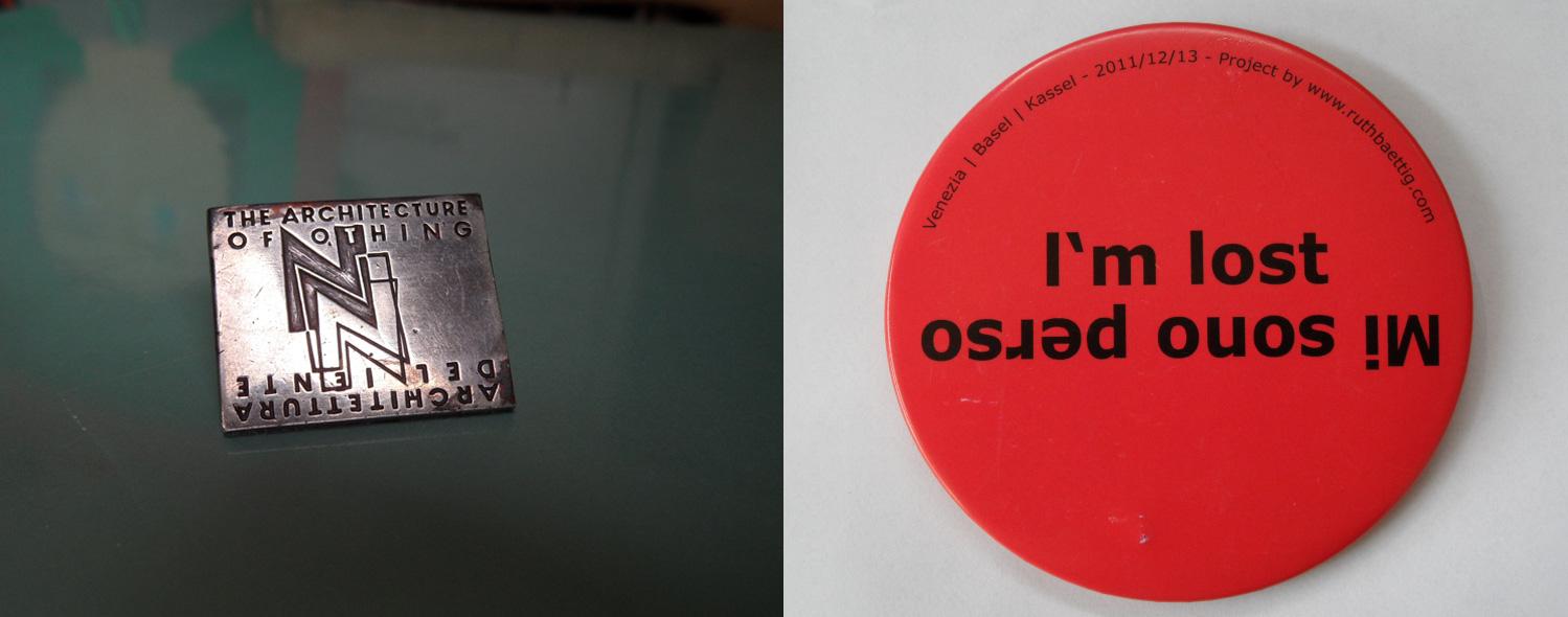 """Bachman Gábor """"A Semmi Építészete"""" című kiállítása fémkitűzője az 1996-os Velencei Építészeti Biennáléról. Ruth Baettig """"I'm lost""""-jelvénye (2013)"""