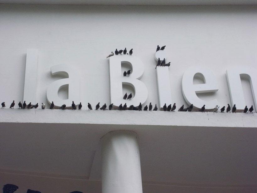 Maurizio Cattelan: Turisti. Installáció a 2012-es Velencei Biennále főpavilonja homlokzatán